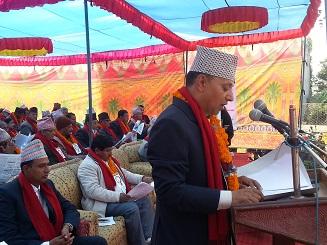 दाेस्राे नगरपरिषदमा नगरपालिकाकाे अा. व २०७३/०७४ काे नीति बजेट तथा कार्यक्रम प्रस्तुत गर्दै कार्यकारी अधिकृत बद्री प्रसाद तिवारी